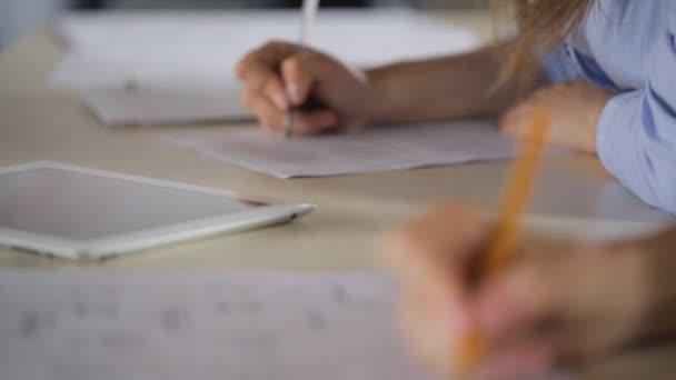 Práce se plán a text ručně s perem v úřadu stavební společnosti