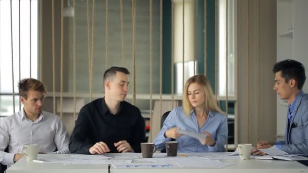 Emberek csoportja szervez brainstorm hivatalban, hogy megosszák egymással ötleteiket egymással.