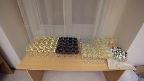 Červené a bílé víno nalil do sklenice vína brýle, stojící na kancelářský stůl s občerstvením v úřadu