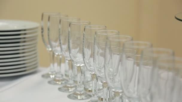 Sklenice vína brýle nebo šampaňské stojící na stole s bílým hadříkem s Keramická deska