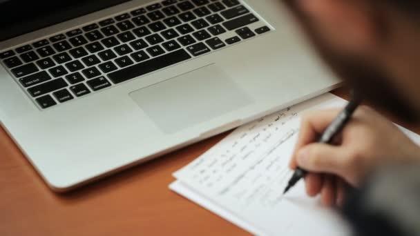 Posztgraduális férfi szakáll munka, amely jelzi, hogy hiba a szöveges háttérben a táblázat-a laptop biztos.