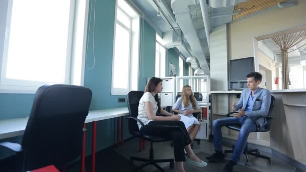 Head of HR specialist recruitment personnel, talking with two young women, in an empty office.