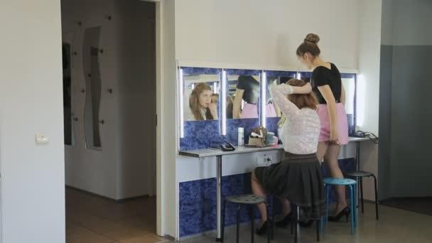 eb13f2cb4a91f5 Mooie meisjes in mooie rokken zitten voor spiegel en opknappen– stockvideo s