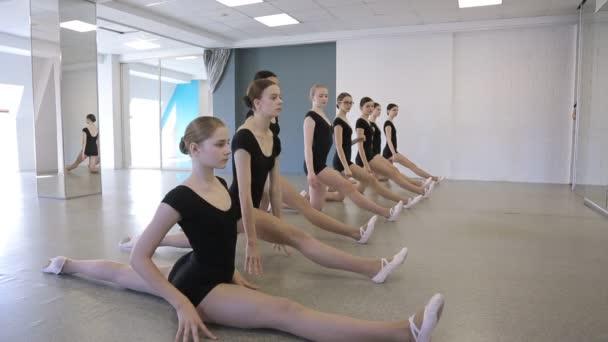 Fiatal tornászok ül egy-egy zsineg a tánc osztály
