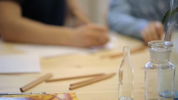 Diákok a rajz csendélet kép ceruzával.