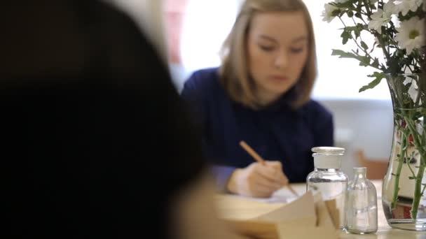 Vannak diákok, rajz csendélet összetétele.