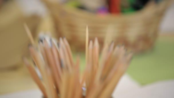Detailní pohled hrnec s tužky pro kreslení