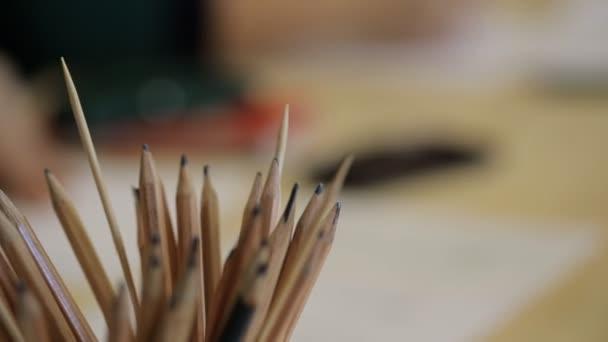 Zblízka pohled na pracovišti prostřednictvím tužky pro kreslení