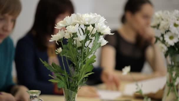 Diákok a rajz képek a váza virággal
