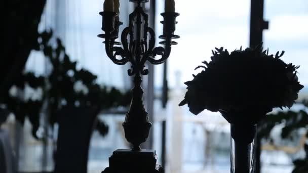 Zblízka pohled siluety zařízené šlechtické místnost