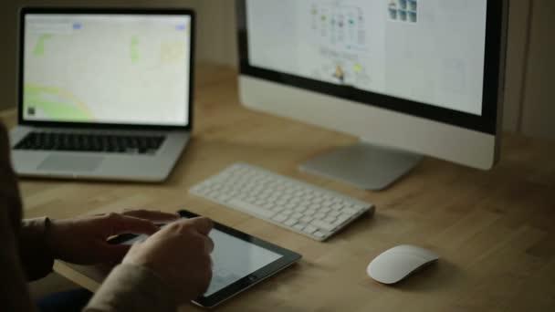 Design stůl s drátový model a počítač