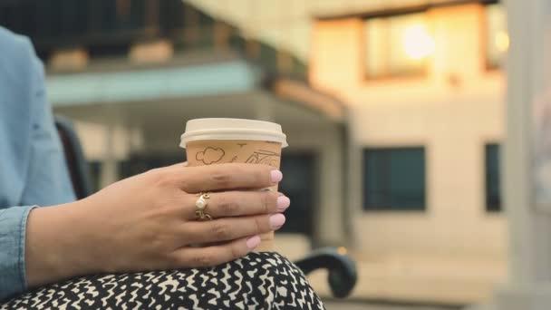 szép, fiatal lány a szabadtéri kávézóban kávét iszik. diák. Üzletasszony szabadban