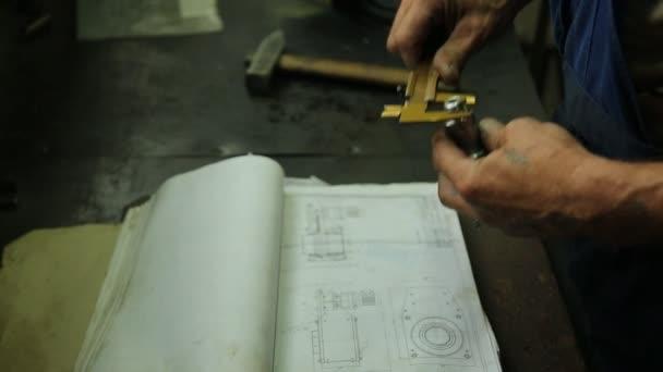 Tech mechaniky ruky, vrchní inspektor nebo jen odborník zkontroluje položky po opravě