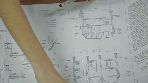 mladý tým architektů pracuje na novém projektu
