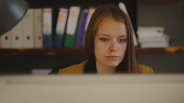 Podnikání žena Laptop, monitoruje počítač