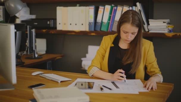 Üzleti nő építész rajz ellenőrzés, mérés iránytű