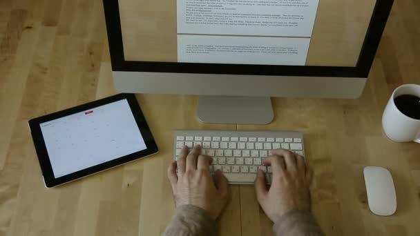 Gépelés-on tabletta és a Laptop, fából készült íróasztal-embléma nélkül