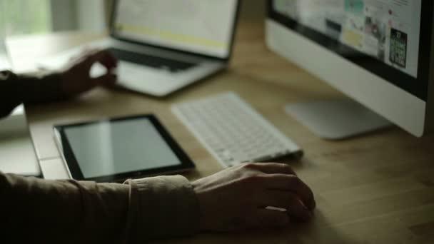 Návrh obvodů na dřevo stůl na počítač a ios zařízení