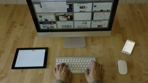 Psaní na dřevěný stůl s tablety a notebooky, bez loga