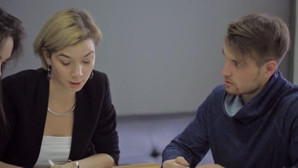 Přednášející na univerzitě přijímá studenty zkoušky elektrikáři. Sedět a složit zkoušku na odborné způsobilosti