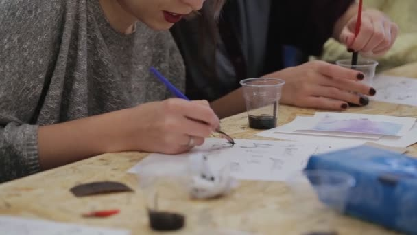skupinové lekce pro písma. ženy nakreslit domácí pera písmena a interpunkce