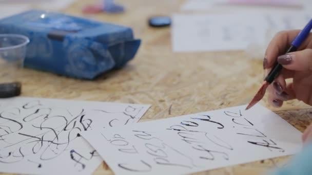 něco pro nápisy. žena barvy, vytvoření domácí pera písmena, interpunkční znaménka, symboly