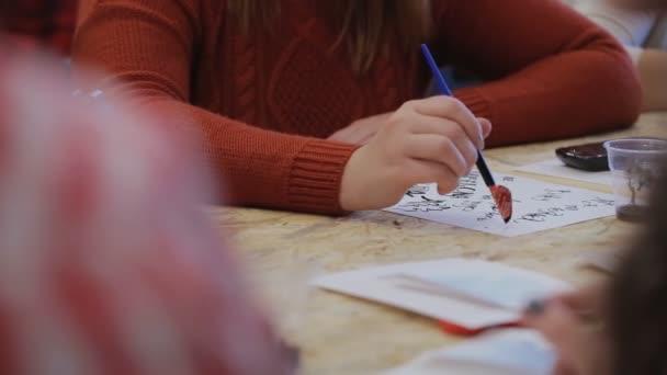 Hlavní třída, na nápisy. vytváří domácí pera písmena, interpunkční znaménka, symboly a originálnímu