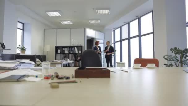 zákazníka projekt je projekt architekt ve své kanceláři a diskutovat o jeho plán bytové výstavby