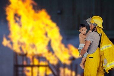 İtfaiyeci, itfaiyeci çocuk yangından kurtarıldı.