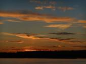 Obloha západu slunce nad břehy řeky