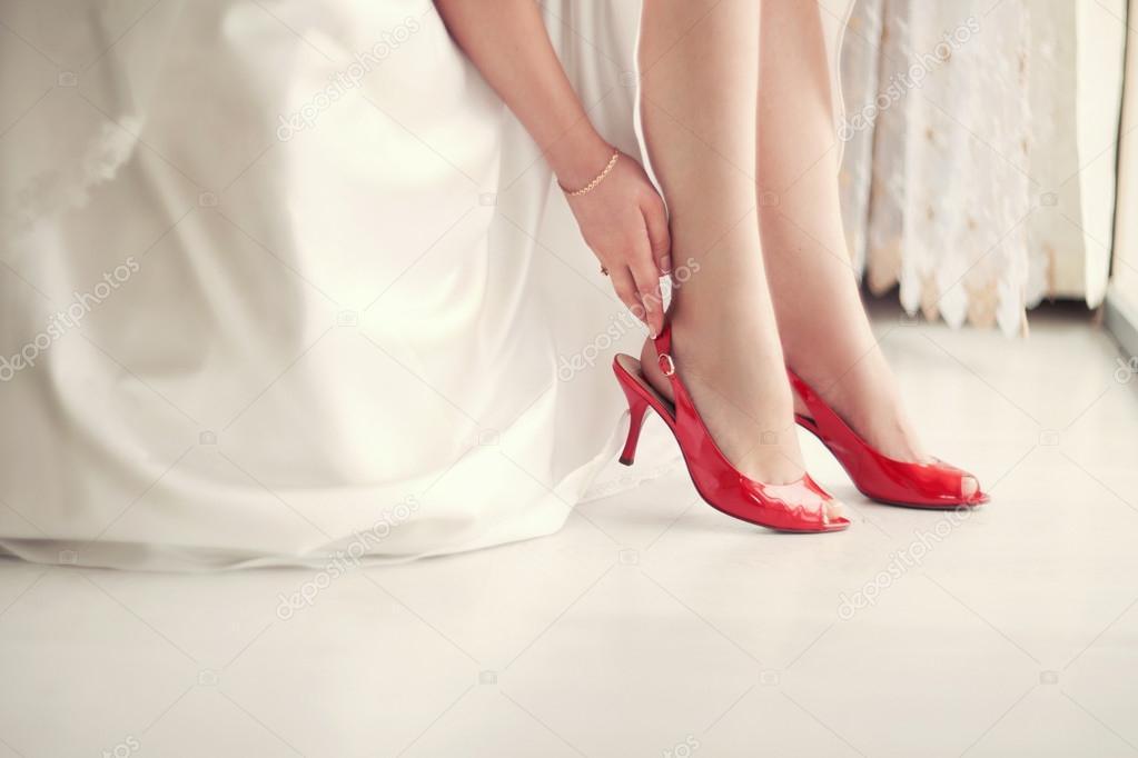 fotos: novias con zapatos rojos | novia en zapatos rojos — foto de