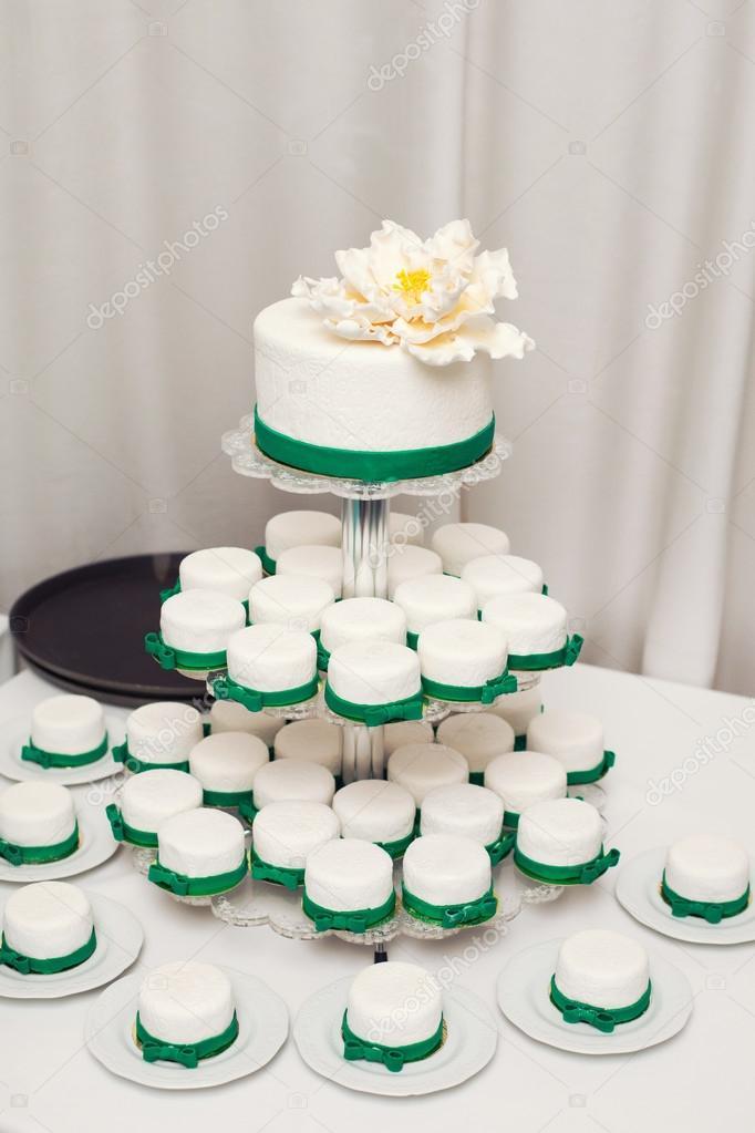 Weisse Hochzeitstorte Und Cupcakes Stockfoto C Monoliza21 98570482