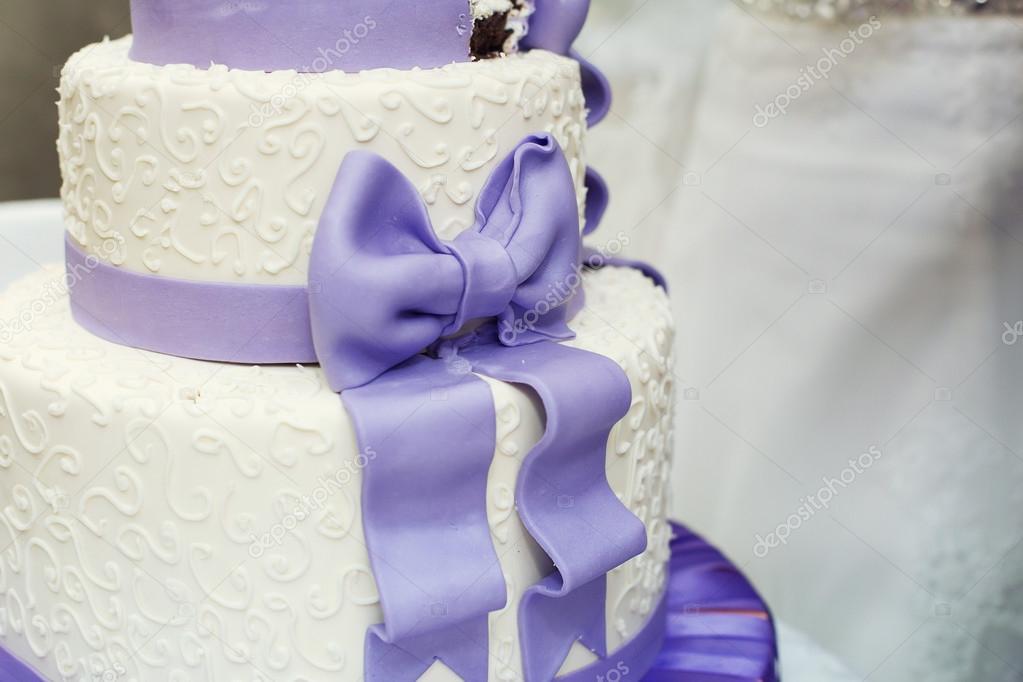 Weisse Hochzeitstorte Und Violett Bogen Stockfoto C Monoliza21