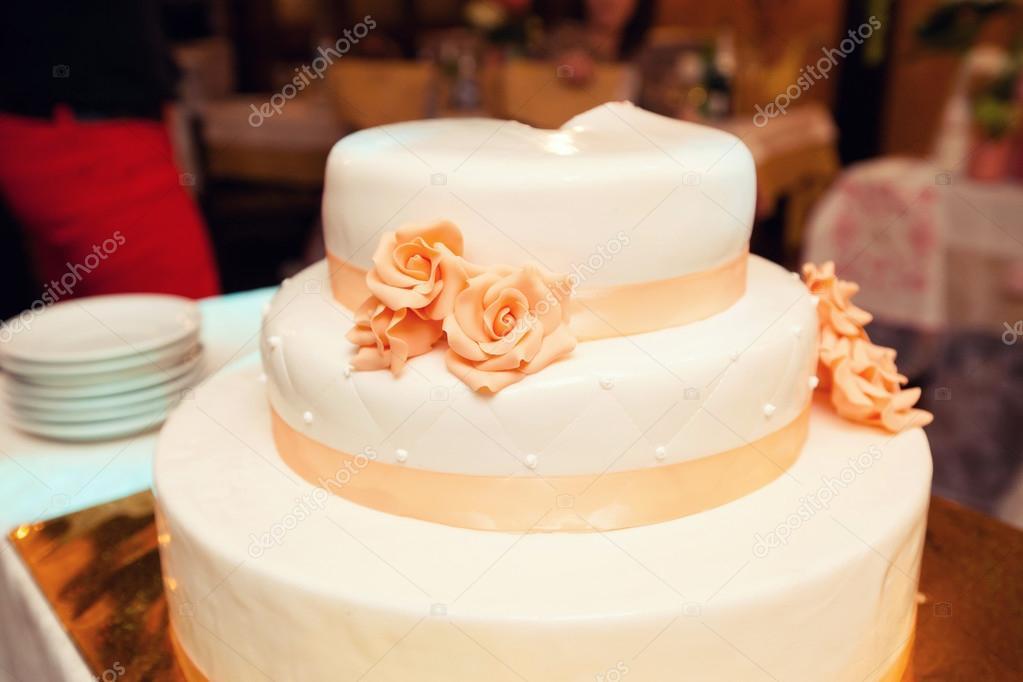 Weisse Hochzeitstorte Mit Orange Details Stockfoto C Monoliza21