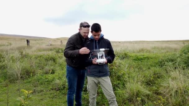 Vater lehrt Sohn Drohnenflug auf Osterinsel