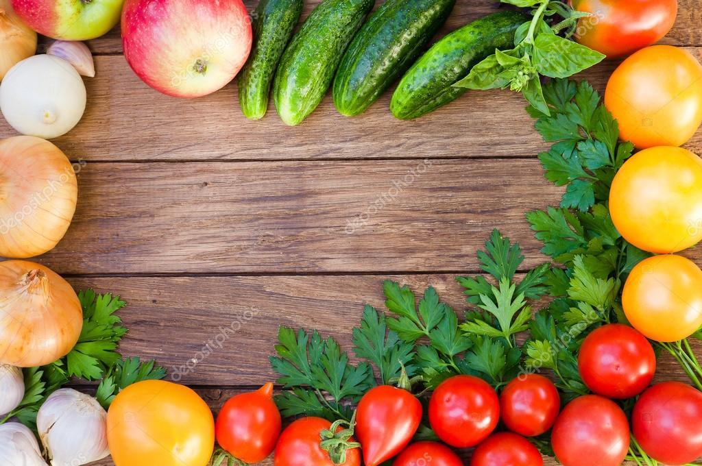 Marco de hortalizas frescas en una mesa de madera. Vista superior ...