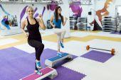 Ženy cvičení aerobiku