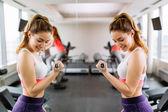 Krásná žena, trénink v tělocvičně