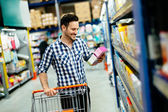 Fényképek Jóképű férfi vásárlás a szupermarketben