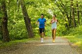 Fotografia Giovani fare jogging nella natura