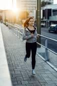 Sportovní žena běhání v městě