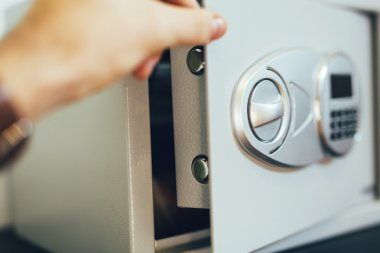 Hand opening of a safe