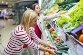 Fényképek Nők vásárlás zöldségek és gyümölcsök
