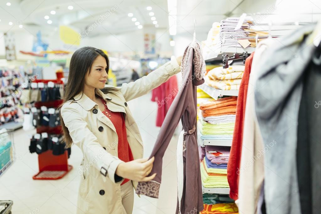29c94ff5a9eb Mujer comprando ropa | Hermosa mujer compra ropa — Foto de stock ...