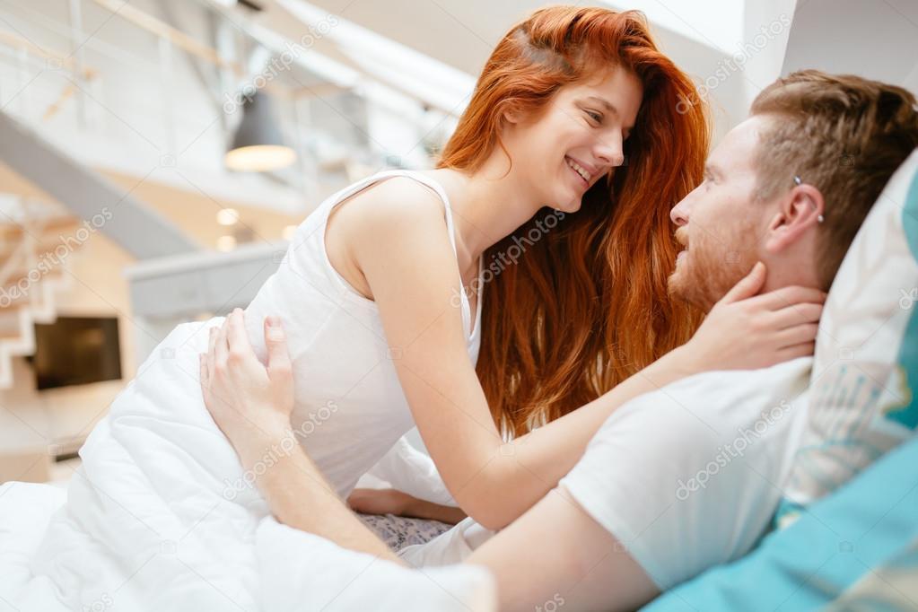 Предварительные ласки молодой красивой пары