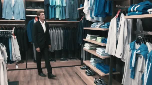 Člověk si koupí klasického oblečení a boty