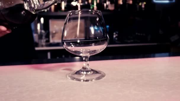 Egy pohárba öntse whiskey