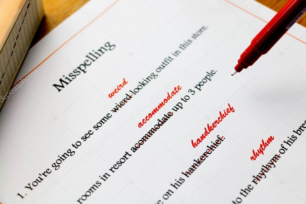 hoja de corrección de ortografía Inglés sobre mesa — Foto de stock ...