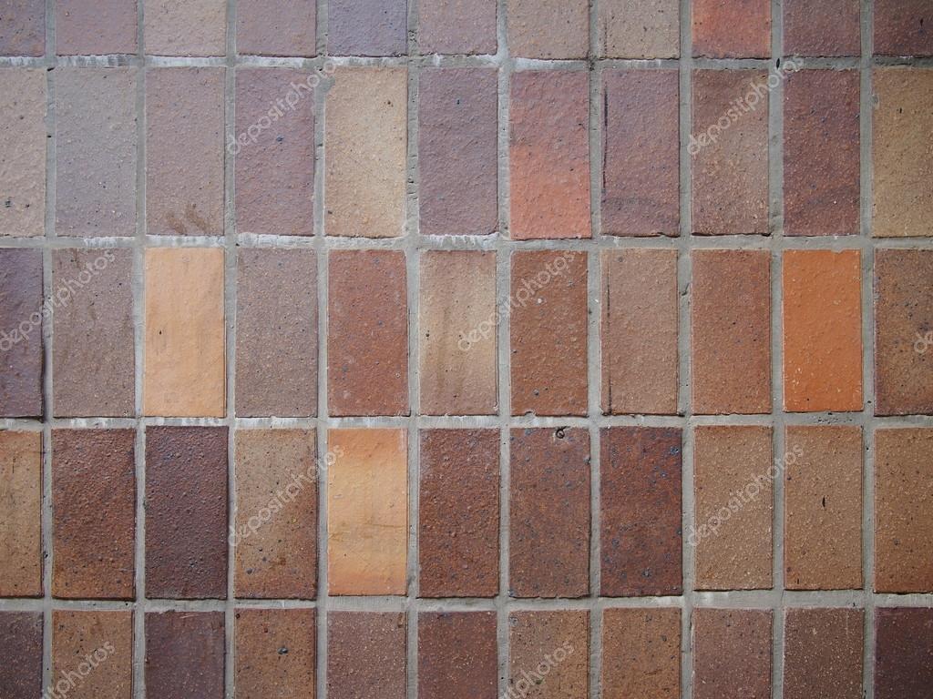 Revestimiento azulejo rectangular marrn en el exterior de un