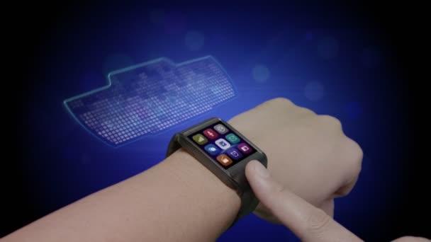 férfi felnőtt segítségével holografikus intelligens óra